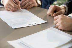 Контракт бизнесмена подписывая на встрече, фокусе на документе, clos Стоковое Фото