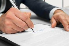 Контракт бизнесмена подписывая на офисе Стоковое Изображение