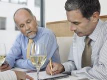 Контракт бизнесмена подписывая на ресторане Стоковое Изображение RF
