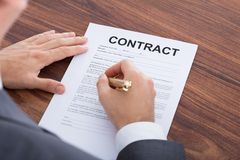 Контракт бизнесмена подписывая на таблице Стоковые Фотографии RF