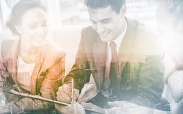 Контракт бизнесмена подписывая пока его партнер смотрит его Стоковое Фото