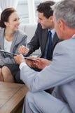 Контракт бизнесмена подписывая пока смотрящ его партнера Стоковое фото RF