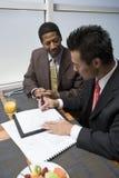 Контракт бизнесмена подписывая Стоковые Изображения