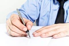 Контракт бизнесмена подписывая Стоковая Фотография