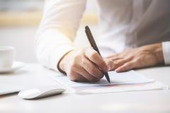 Контракт бизнесмена подписывая Стоковое Изображение RF
