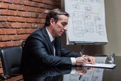 Контракт бизнесмена подписывая Стоковые Фотографии RF