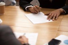 Контракт дела подписания бизнесмена на встрече, делая партнера Стоковое Изображение