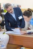 Контракт женщины подписывая от проданного с аукциона объекта Стоковые Изображения RF