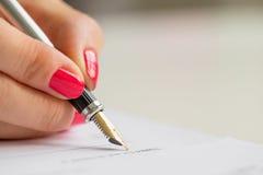 Контракт женщины подписывая Стоковые Изображения RF