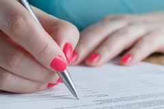 Контракт женщины подписывая Стоковое Фото