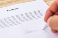 Контракт загерметизирован с подписью стоковые фото