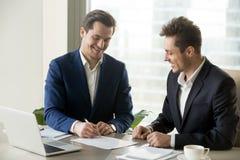 Контракт красивого бизнесмена подписывая с партнером стоковые изображения rf