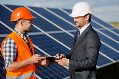Контракт клиента и мастера подписывая на установке панелей солнечных батарей Стоковое фото RF