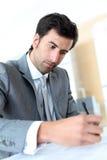 Контракт молодого бизнесмена подписывая Стоковое фото RF