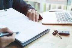 Контракт на продажу подписания бизнесмена присутствующий с ключом автомобиля к custo Стоковые Фото