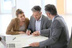 Контракт пар подписывая в офисе архитектора Стоковое фото RF