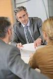 Контракт пар подписывая на офисе юриста Стоковое фото RF