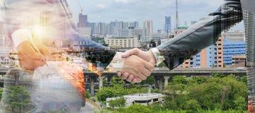 Контракт подписания бизнесмена делая дело и руки встряхивания для того чтобы проинвестировать концепцию стоковая фотография