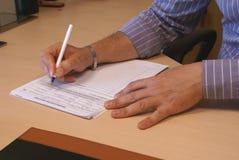 Контракт сочинительства бизнесмена Стоковое фото RF