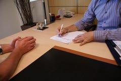 Контракт сочинительства бизнесмена Стоковая Фотография RF
