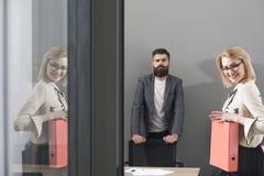Контракт с самыми лучшими условиями Заключите контракт, счастливая бизнес-леди и бородатый человек в предпосылке офиса на работе стоковые фотографии rf