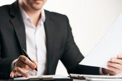 Контракт уверенно счастливого бизнесмена подписывая Стоковое Изображение