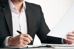 Контракт уверенно счастливого бизнесмена подписывая Стоковое Изображение RF