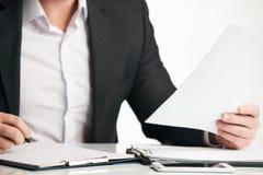 Контракт уверенно счастливого бизнесмена подписывая Стоковые Фотографии RF
