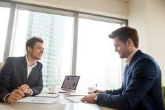 Контракт удовлетворенного бизнесмена подписывая в офисе Стоковое Фото