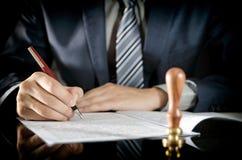 Контракт юриста подписывая, государственный нотариус, согласование бизнесмена Стоковая Фотография