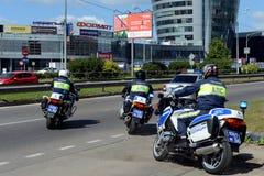 Контролеры дорожной полиции на мотоциклах идут дальше патрулировать дороги Стоковое фото RF