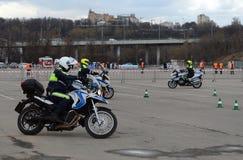 Контролеры тренировки проведения дорожной полиции на весьма управлять на официальных мотоциклах полиции Стоковые Фотографии RF