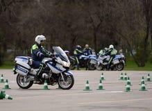 Контролеры тренировки проведения дорожной полиции на весьма управлять на официальных мотоциклах полиции Стоковые Изображения RF