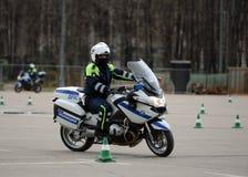 Контролеры тренировки проведения дорожной полиции на весьма управлять на официальных мотоциклах полиции Стоковые Изображения