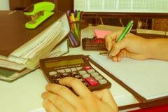 Контролер и секретарша бизнесмена администратора финансовый делая баланс отчета, высчитывать или проверки Налоговое ведомство Стоковая Фотография RF