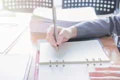 Контролер и секретарша бизнесмена администратора финансовый делая отчет Стоковые Изображения