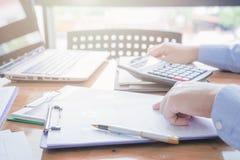 Контролер и секретарша бизнесмена администратора финансовый делая отчет Стоковые Изображения RF