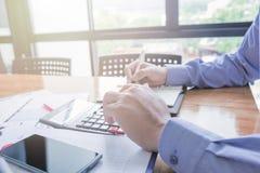 Контролер и секретарша бизнесмена администратора финансовый делая отчет Стоковое фото RF
