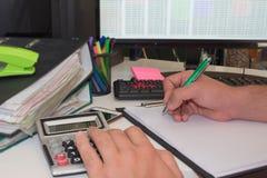 Контролер и секретарша бизнесмена финансовый делая отчет, высчитывая или проверяя баланс Налоговое ведомство проверяет ch Стоковое Изображение