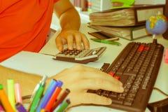 Контролер и секретарша бизнесмена финансовый делая отчет, высчитывая или проверяя баланс Налоговое ведомство проверяет ch Стоковые Фото