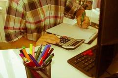 Контролер и секретарша бизнесмена финансовый делая отчет, высчитывая или проверяя баланс Налоговое ведомство проверяет ch Стоковое фото RF