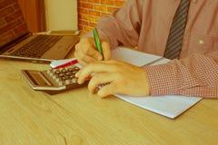 Контролер и секретарша бизнесмена финансовый делая отчет, высчитывая или проверяя баланс Налоговое ведомство проверяет ch Стоковые Фотографии RF
