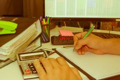 Контролер и секретарша бизнесмена финансовый делая отчет, высчитывая или проверяя баланс Налоговое ведомство проверяет ch Стоковая Фотография RF