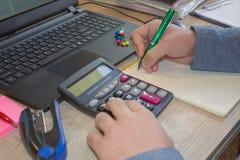 Контролер и секретарша бизнесмена финансовый делая отчет, высчитывая или проверяя баланс Стоковые Изображения