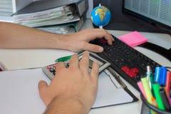 Контролер и секретарша бизнесмена финансовый делая отчет, высчитывая или проверяя баланс Налоговое ведомство проверяет ch Стоковые Изображения RF