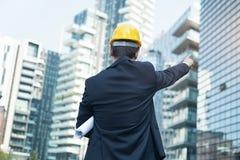 Контролер на конструкции места высоких современных зданий стоковая фотография
