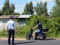 Контролер патруля полиции дороги остановил водителя мотоцилк на дороге Стоковое Фото