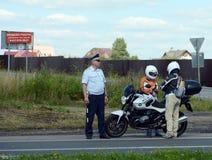 Контролер патруля полиции дороги остановленного для того чтобы проверить всадника Стоковые Фото