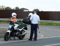 Контролер патруля полиции дороги остановленного для того чтобы проверить всадника Стоковое Фото