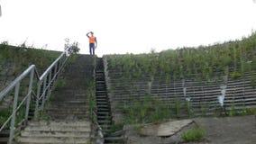 Контролер стоит и проверяет область для конструкции и реконструкции моста, лестниц сток-видео